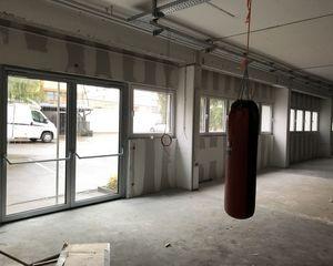 Sportforum: Steg & Galerie stehen - Erste Malerarbeiten & neue Türen